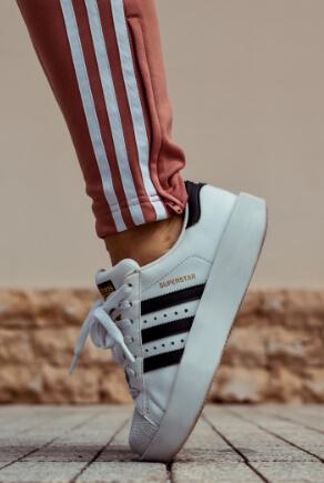 Weißer Adidas-Sneaker mit weinroten Streifen