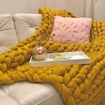 Senfgelbe Strickdecken aus Wolle